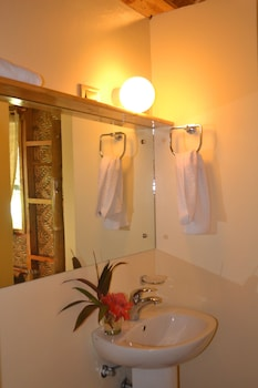 Camiguin Volcan Beach Eco Retreat & Dive Resort Bathroom Sink