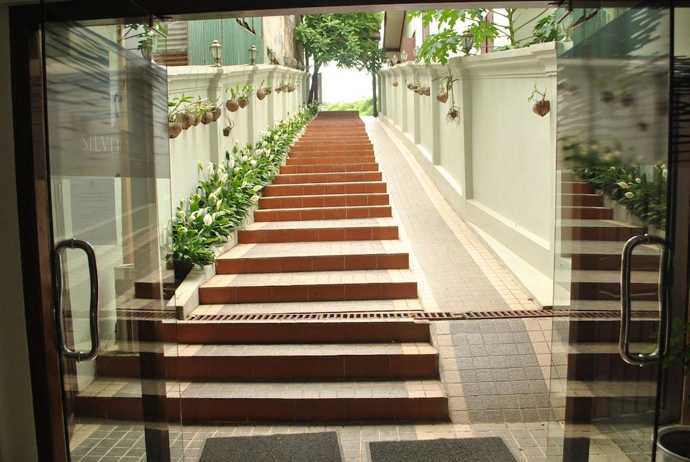 https://i.travelapi.com/hotels/12000000/11610000/11607600/11607584/0c40ed09_z.jpg