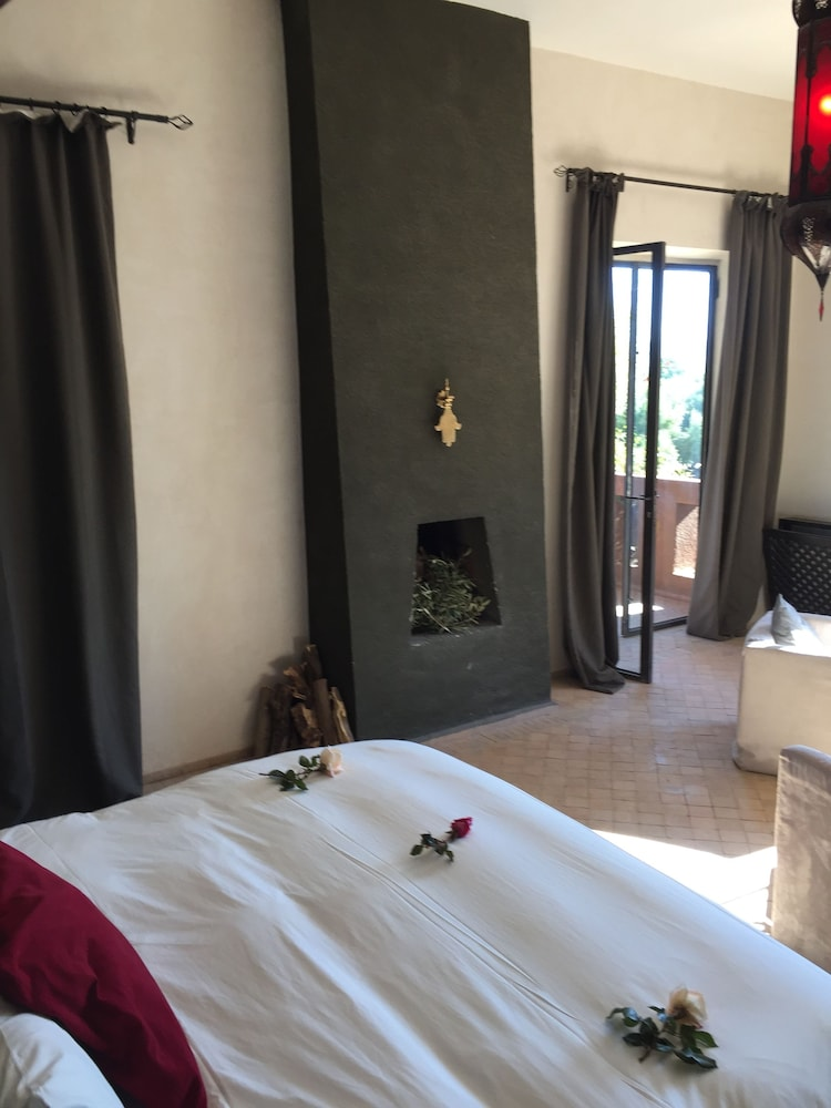 https://i.travelapi.com/hotels/12000000/11680000/11677100/11677099/8736cdf6_z.jpg