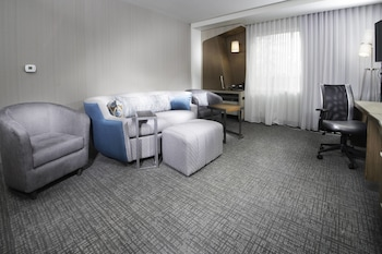Guestroom at Courtyard by Marriott Largo Capital Beltway in Upper Marlboro