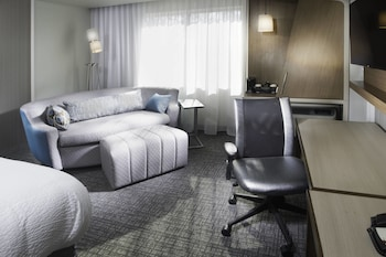 Guestroom at Courtyard by Marriott Largo Capital Beltway in Upper Marlboro