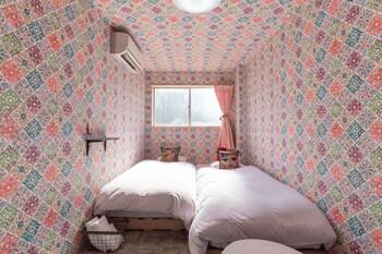 デザイン ツインルーム シングルベッド 2 台 共用バスルーム|12㎡|オフ