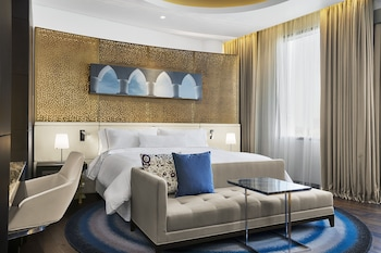 Club Room, 1 King Bed, City View
