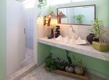Sumisid Lodge Cebu Bathroom