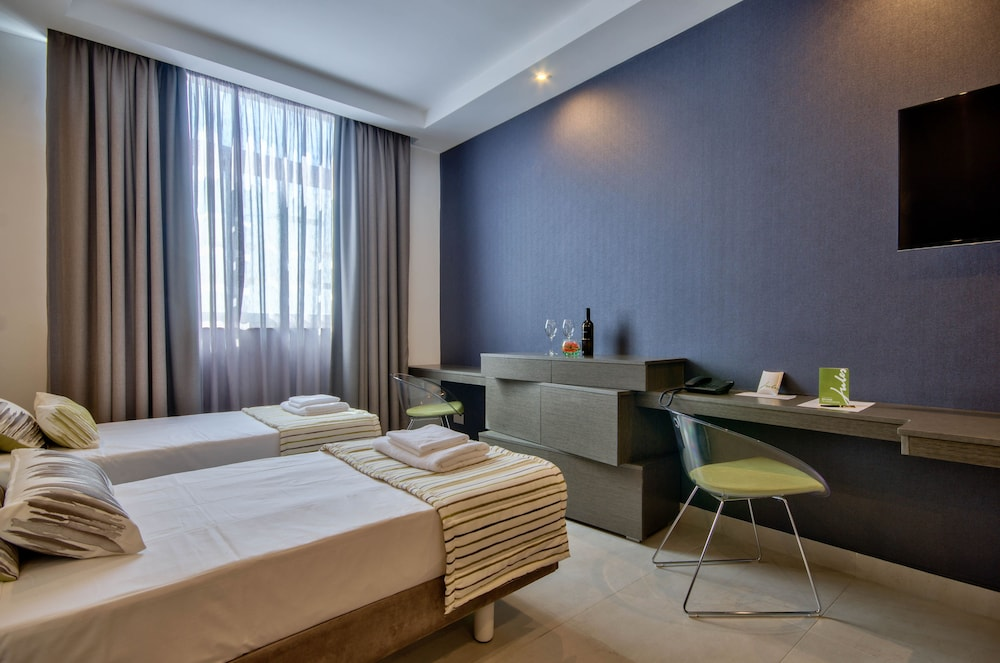 https://i.travelapi.com/hotels/12000000/11890000/11880500/11880451/56732c73_z.jpg