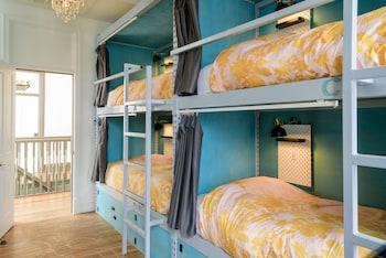 Paris (Single Bed in 6-Person Female Dorm)