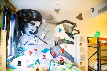 Graffiti (Single Bed in 8-Person Mixed Dorm)