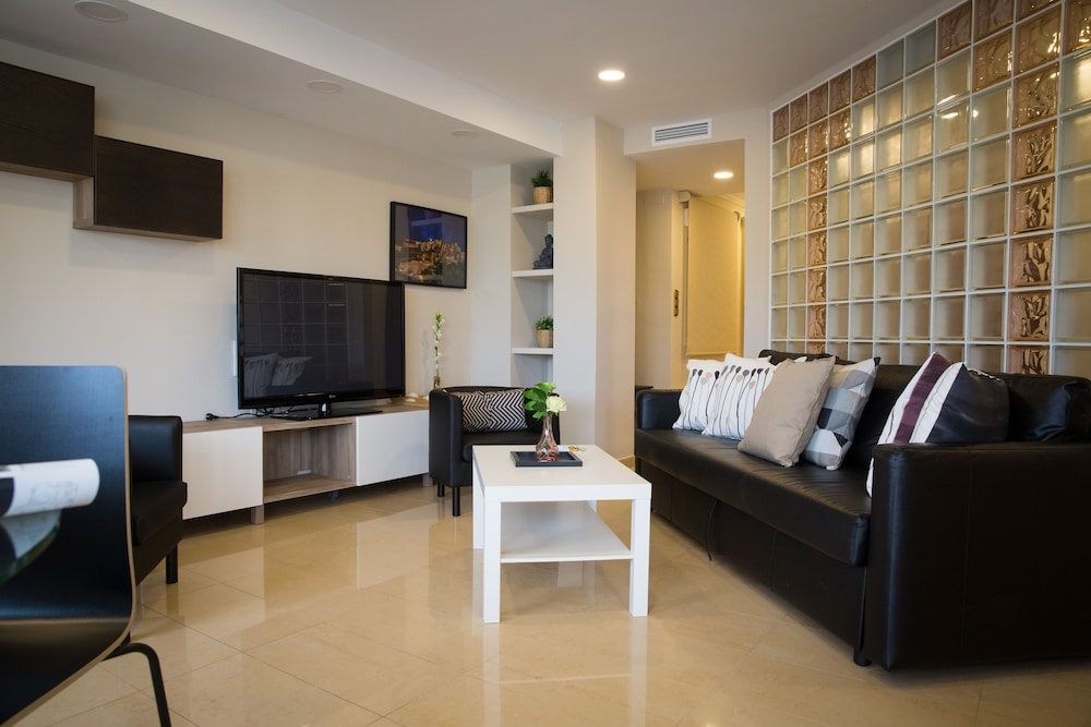 https://i.travelapi.com/hotels/12000000/11940000/11931500/11931470/63e80035_z.jpg