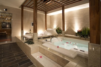 HOTEL AND SPA LOTUS MODERN – ADULTS ONLY Indoor Spa Tub