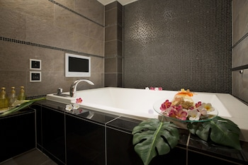 HOTEL AND SPA LOTUS MODERN – ADULTS ONLY Jetted Tub