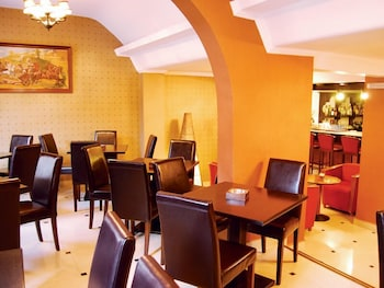 https://i.travelapi.com/hotels/13000000/12080000/12071800/12071778/40c97566_b.jpg