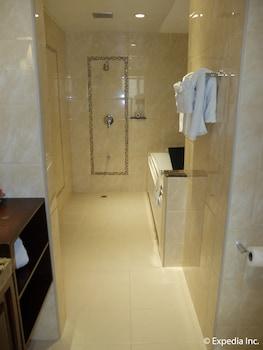Central Park Tower Resort Angeles Bathroom