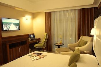 Central Park Tower Resort Angeles Guestroom