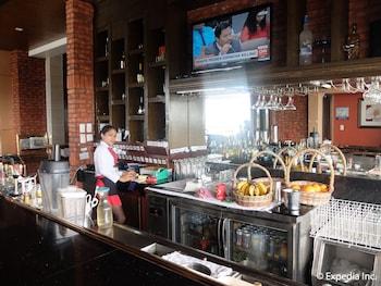 Central Park Tower Resort Angeles Hotel Bar