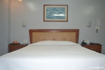 Pacific Breeze Hotel Angeles Guestroom