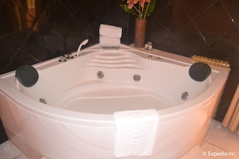 Pacific Breeze Hotel Angeles Jetted Tub
