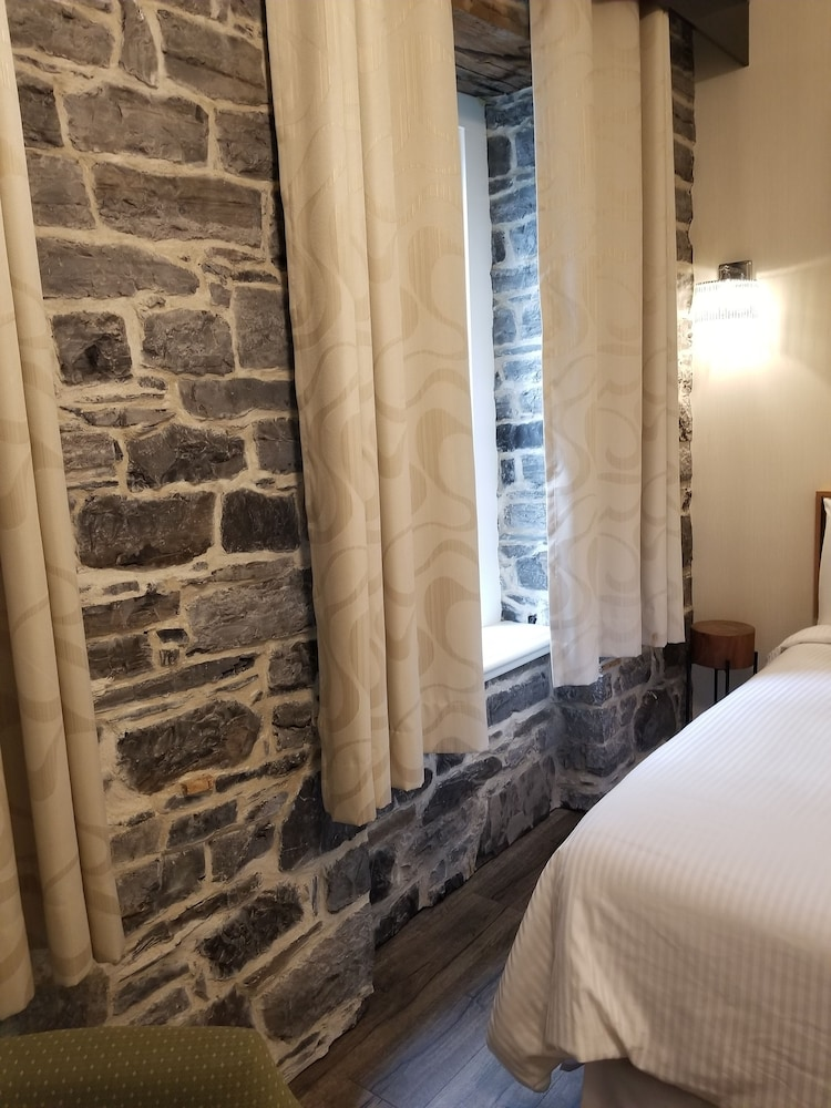 https://i.travelapi.com/hotels/13000000/12090000/12080900/12080862/ab317ca8_z.jpg