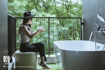 Deluxe Twin with outside Bathtub - Free Co-Working space 24 hrs.