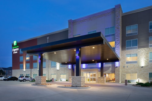 . Holiday Inn Express & Suites Great Bend