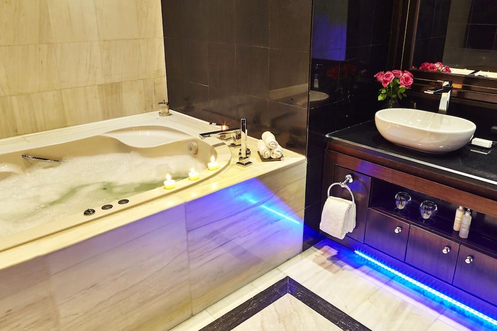 https://i.travelapi.com/hotels/13000000/12310000/12305400/12305374/76f1e37e_z.jpg
