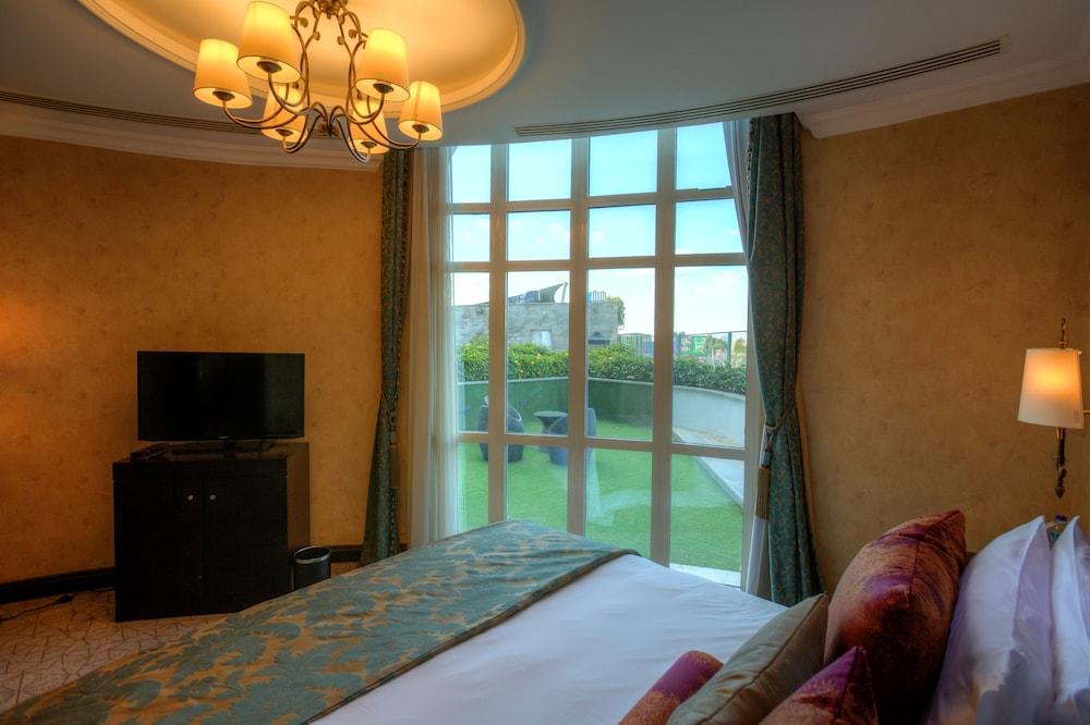 https://i.travelapi.com/hotels/13000000/12310000/12305400/12305374/c17dee12_z.jpg