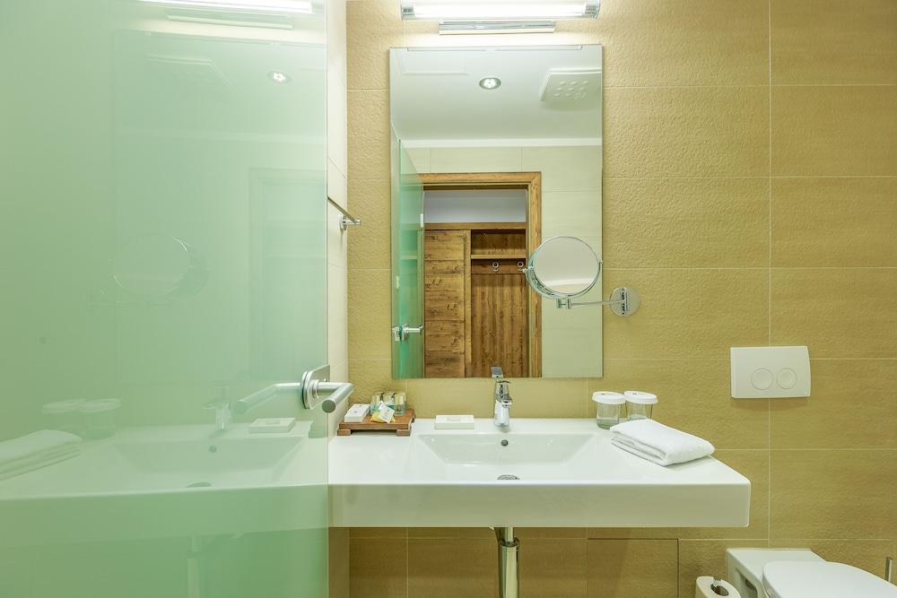 https://i.travelapi.com/hotels/13000000/12310000/12307500/12307484/15db5cfc_z.jpg