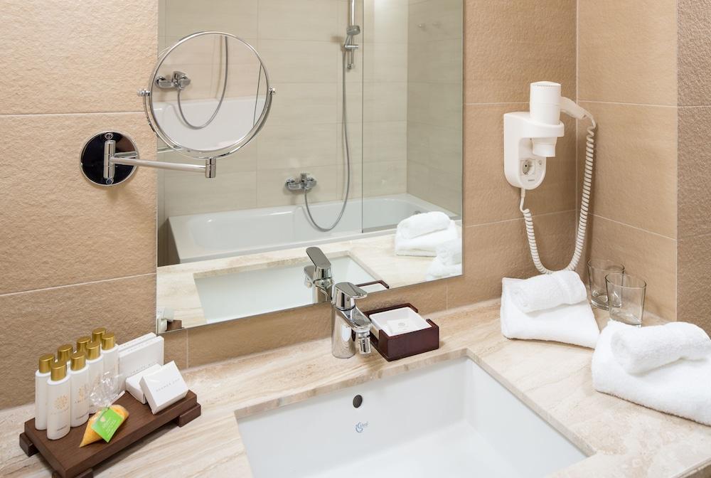 https://i.travelapi.com/hotels/13000000/12310000/12307500/12307484/1fb1c69f_z.jpg