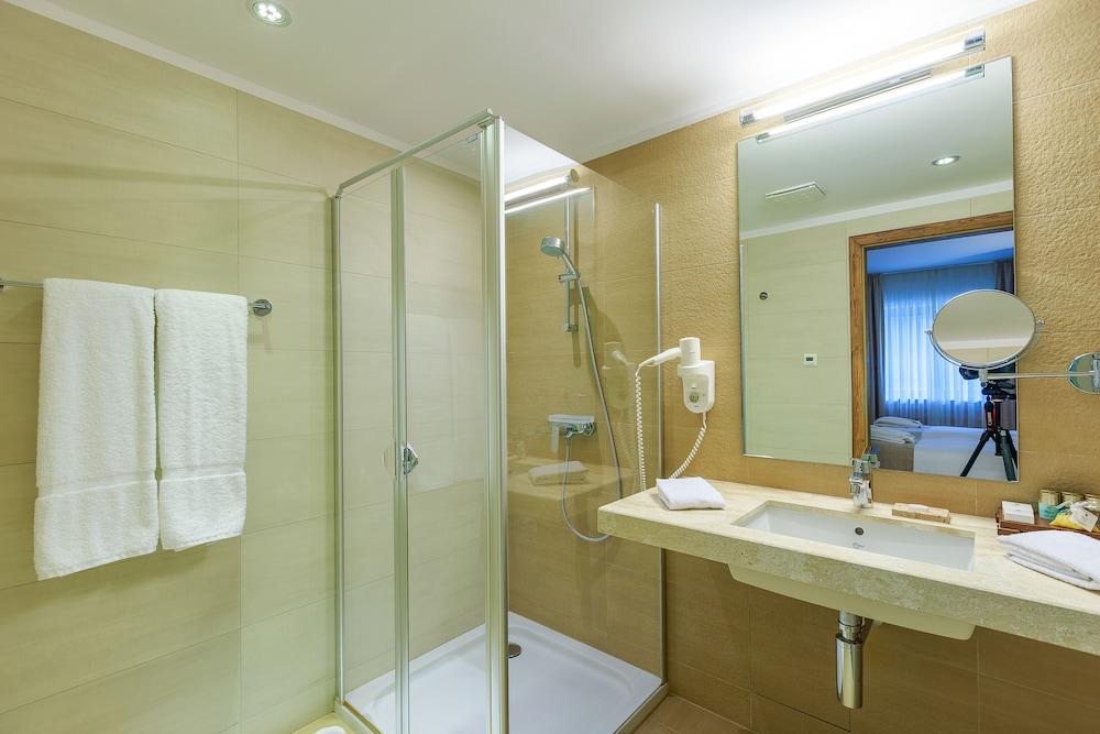 https://i.travelapi.com/hotels/13000000/12310000/12307500/12307484/9acd5d83_z.jpg
