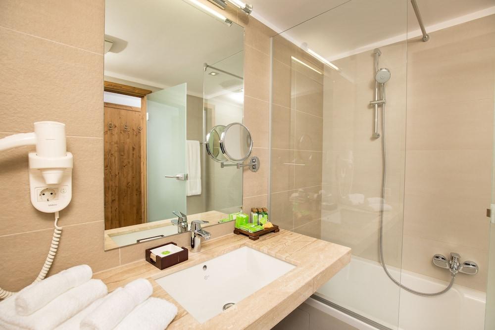 https://i.travelapi.com/hotels/13000000/12310000/12307500/12307484/a5e840f8_z.jpg