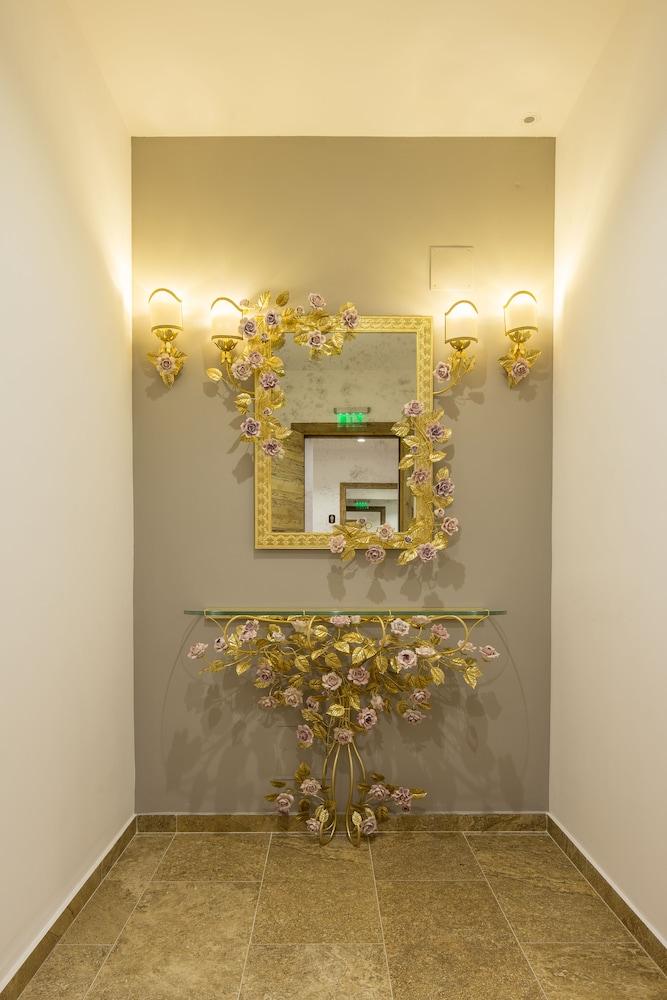https://i.travelapi.com/hotels/13000000/12310000/12307500/12307484/bc996eaf_z.jpg