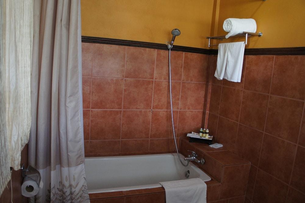 https://i.travelapi.com/hotels/13000000/12320000/12313800/12313722/e26ccdd9_z.jpg