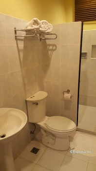 Dumaguete Royal Suite Inn Bathroom