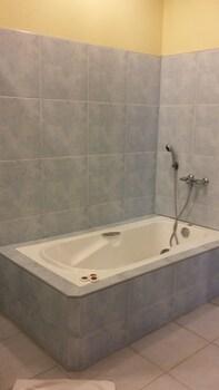 Dumaguete Royal Suite Inn Deep Soaking Bathtub