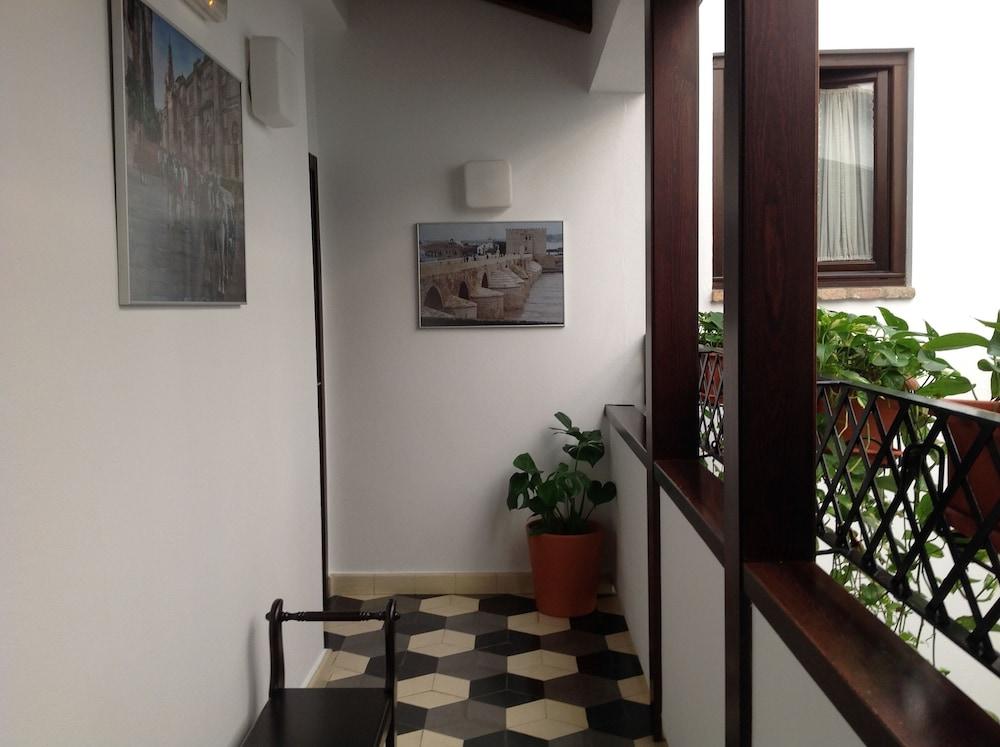 https://i.travelapi.com/hotels/13000000/12350000/12342200/12342131/9822e351_z.jpg
