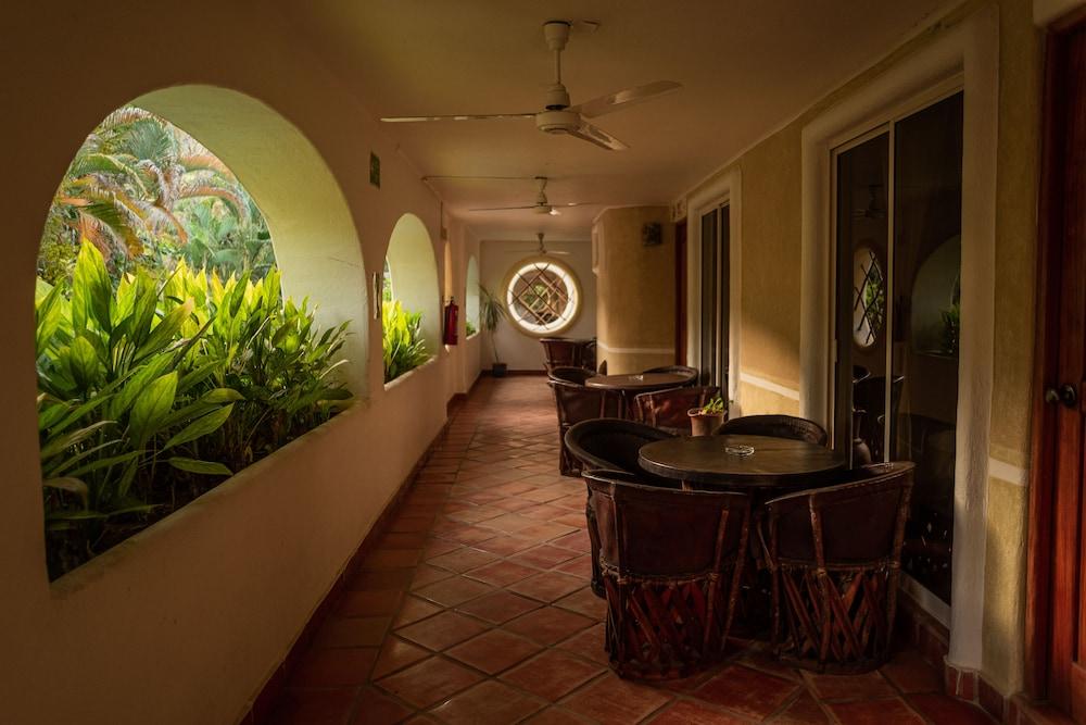 https://i.travelapi.com/hotels/13000000/12350000/12342600/12342517/5f6e8f25_z.jpg