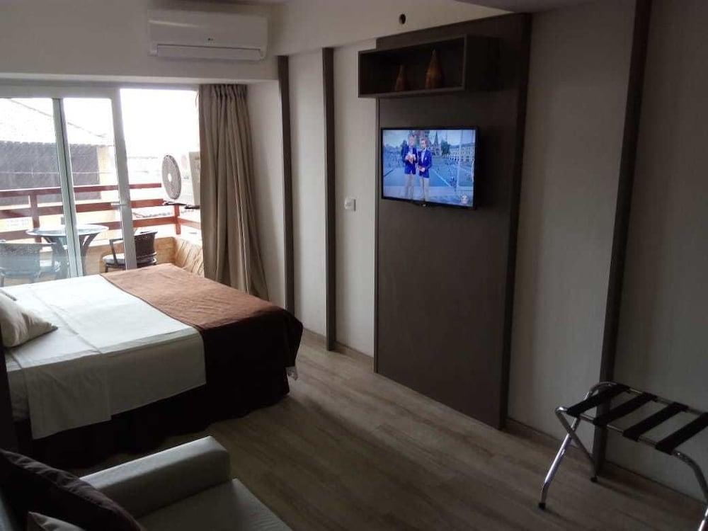 https://i.travelapi.com/hotels/13000000/12370000/12366100/12366012/74f01aad_z.jpg