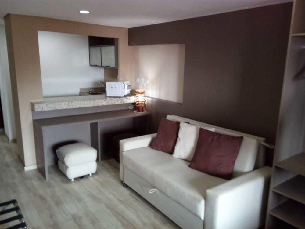 https://i.travelapi.com/hotels/13000000/12370000/12366100/12366012/7f1c8aad_z.jpg