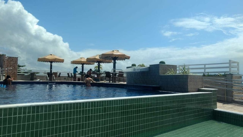 https://i.travelapi.com/hotels/13000000/12370000/12366100/12366012/f3df96fb_z.jpg