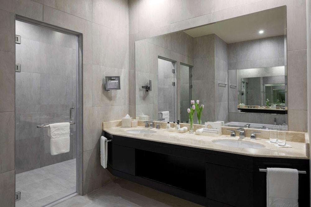 https://i.travelapi.com/hotels/13000000/12390000/12380800/12380703/16194963_z.jpg