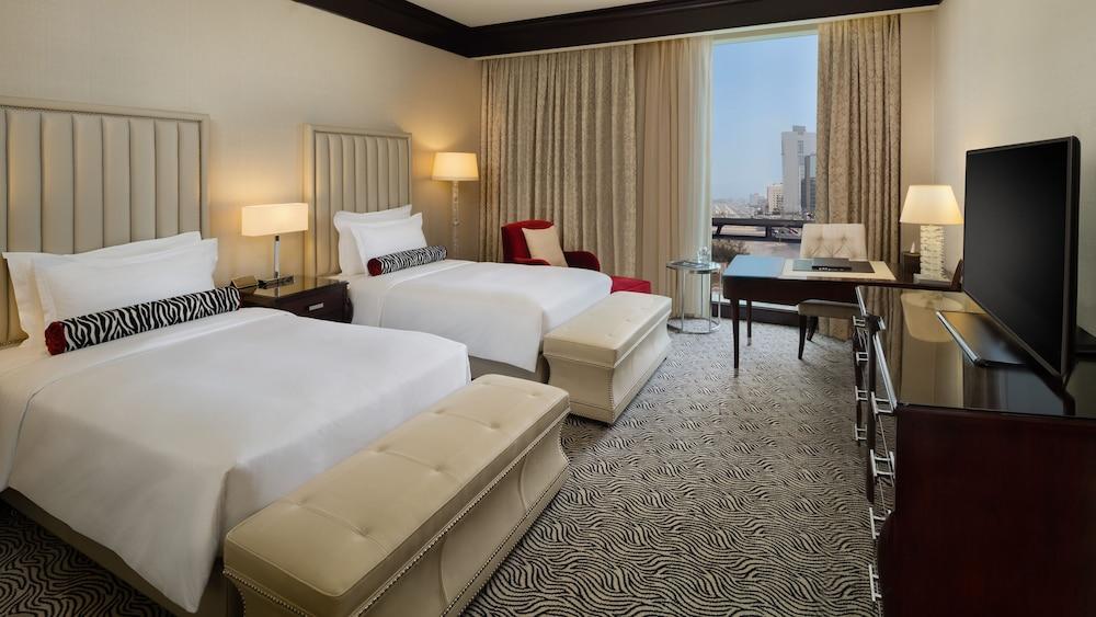 https://i.travelapi.com/hotels/13000000/12390000/12380800/12380703/8b5c3f40_z.jpg