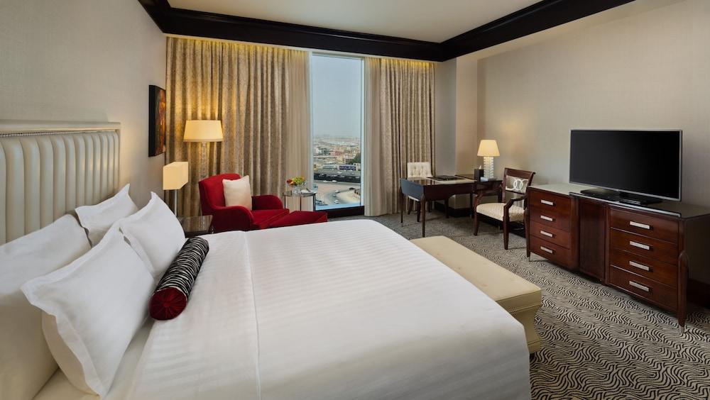 https://i.travelapi.com/hotels/13000000/12390000/12380800/12380703/a6ea5a6f_z.jpg