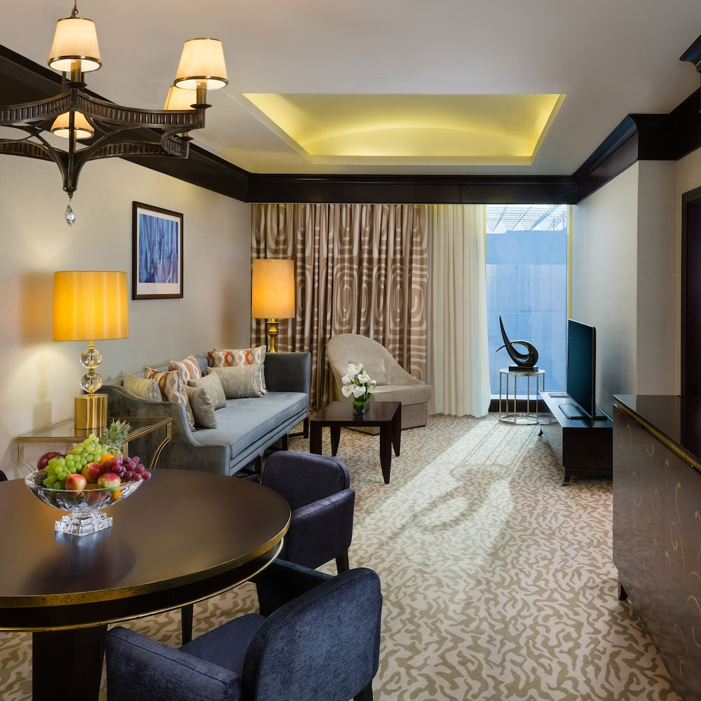 https://i.travelapi.com/hotels/13000000/12390000/12380800/12380703/b4bf57b9_z.jpg