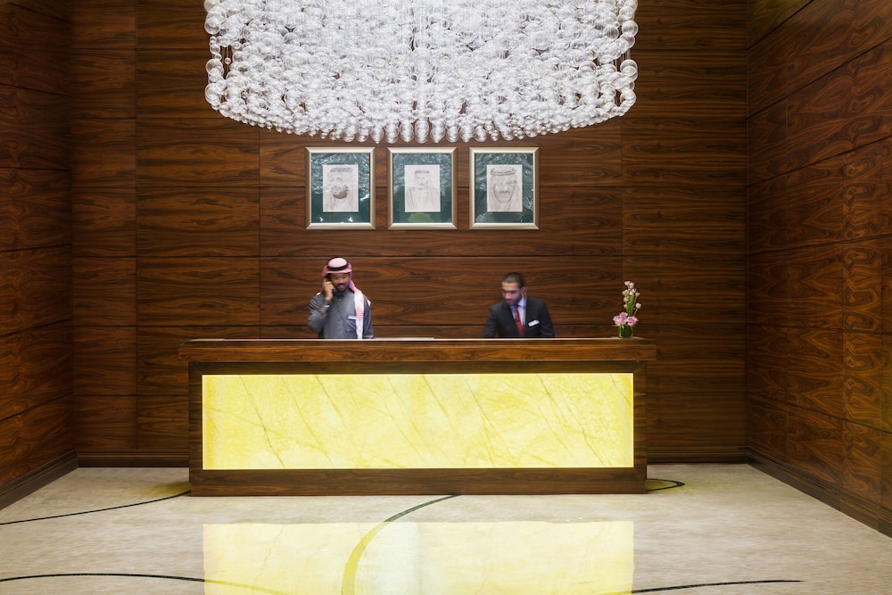 https://i.travelapi.com/hotels/13000000/12390000/12380800/12380703/ed4705fa_z.jpg