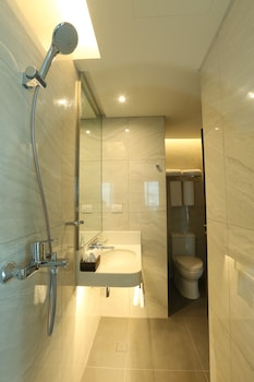 Belmont Hotel Manila Bathroom