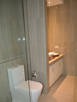 Kingsley's Hotel And Gastro Pub Pampanga Bathroom