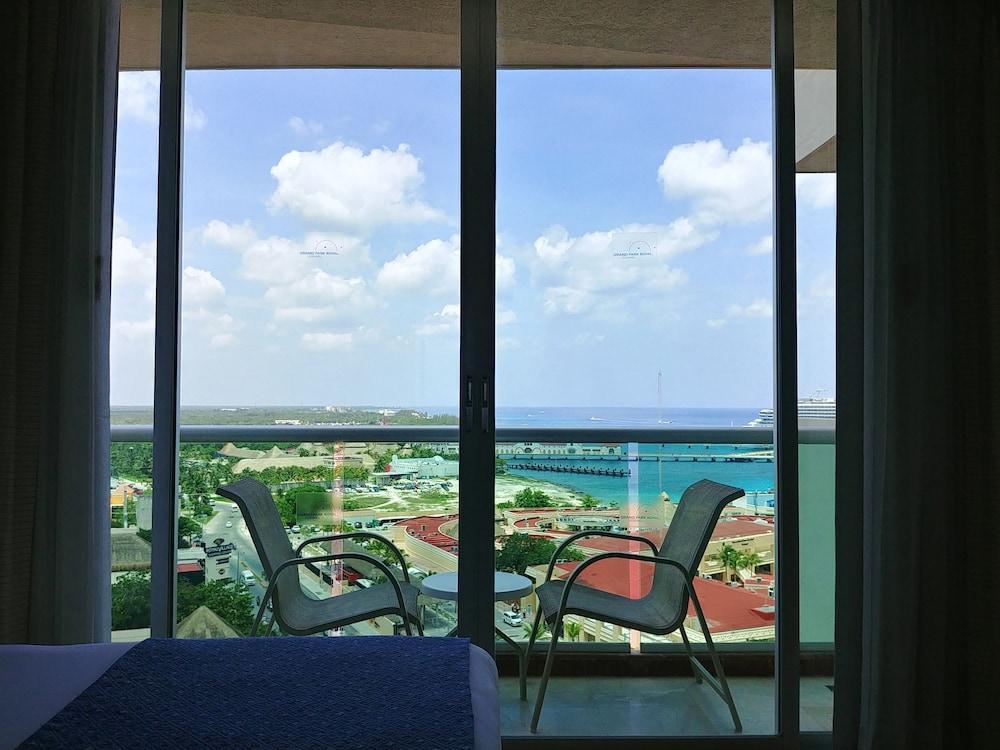 https://i.travelapi.com/hotels/13000000/12420000/12410600/12410582/9b2bafe0_z.jpg