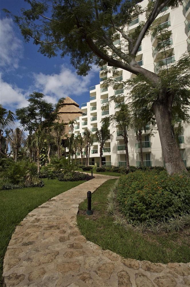 https://i.travelapi.com/hotels/13000000/12420000/12410600/12410582/c41d2f9d_z.jpg