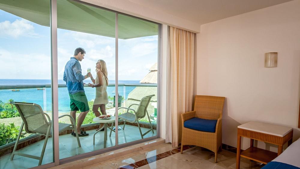 https://i.travelapi.com/hotels/13000000/12420000/12410600/12410582/f023e8cc_z.jpg