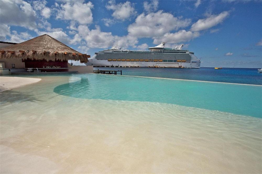 https://i.travelapi.com/hotels/13000000/12420000/12410600/12410582/f1469b9d_z.jpg