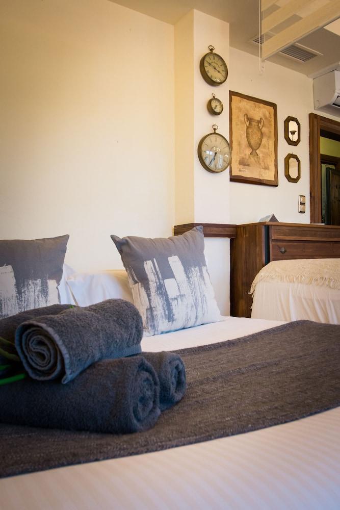 https://i.travelapi.com/hotels/13000000/12430000/12421000/12420904/a9ce7d3c_z.jpg